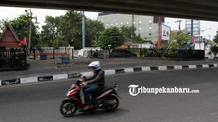 FOTO: Pagar Besi di Bawah Flyover Jalan Sudirman Pekanbaru Hilang - foto_pagar_besi_di_bawah_flyover_jalan_sudirman_pekanbaru_hilang_2.jpg