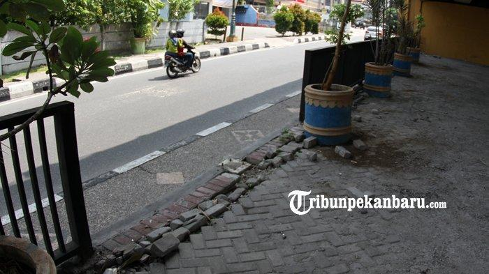 FOTO: Pagar Besi di Bawah Flyover Jalan Sudirman Pekanbaru Hilang - foto_pagar_besi_di_bawah_flyover_jalan_sudirman_pekanbaru_hilang_3.jpg