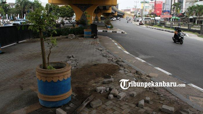 FOTO: Pagar Besi di Bawah Flyover Jalan Sudirman Pekanbaru Hilang - foto_pagar_besi_di_bawah_flyover_jalan_sudirman_pekanbaru_hilang_4.jpg