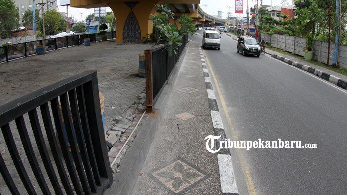 FOTO: Pagar Taman di Bawah Flyover Jalan Sudirman Pekanbaru Hilang Dicuri - foto_pagar_taman_di_bawah_flyover_jalan_sudirman_pekanbaru_hilang_dicuri_1.jpg
