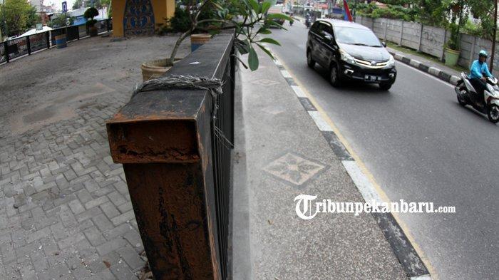 FOTO: Pagar Taman di Bawah Flyover Jalan Sudirman Pekanbaru Hilang Dicuri - foto_pagar_taman_di_bawah_flyover_jalan_sudirman_pekanbaru_hilang_dicuri_2.jpg
