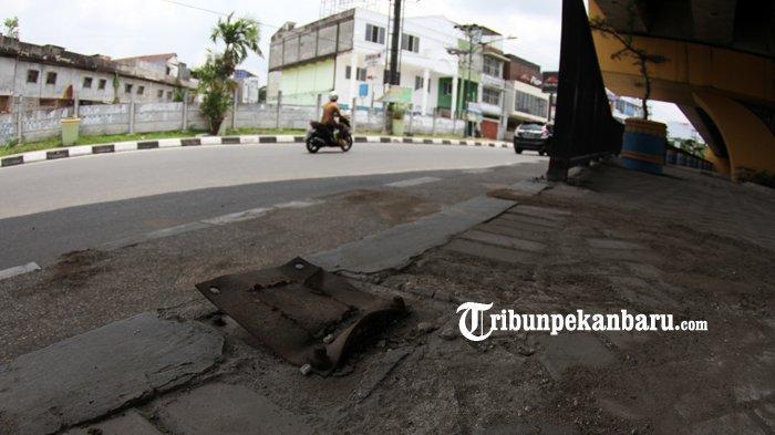 FOTO: Pagar Taman di Bawah Flyover Jalan Sudirman Pekanbaru Hilang Dicuri - foto_pagar_taman_di_bawah_flyover_jalan_sudirman_pekanbaru_hilang_dicuri_3.jpg