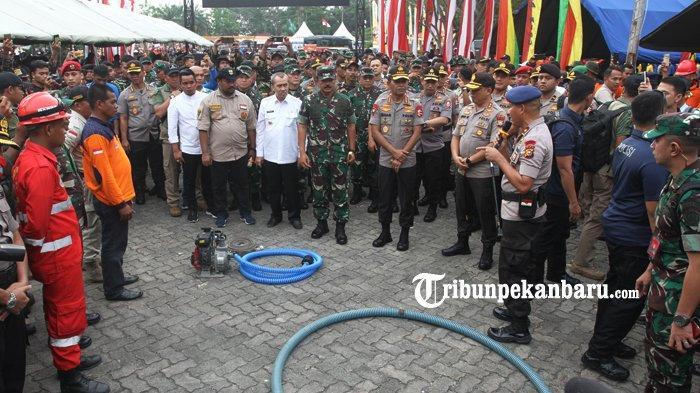 FOTO: Panglima dan Kapolri Tinjau Posko Relawan Karhutla di Purna MTQ Pekanbaru - foto_panglima_dan_kapolri_tinjau_posko_relawan_karhutla_di_purna_mtq_pekanbaru_4.jpg