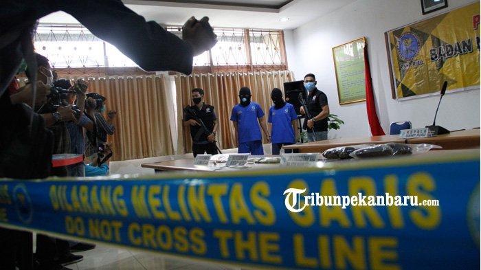 FOTO: Pasangan Kekasih Kurir Narkoba di Riau Ditangkap - foto_pasangan_kekasih_kurir_narkoba_di_riau_ditangkap_1.jpg