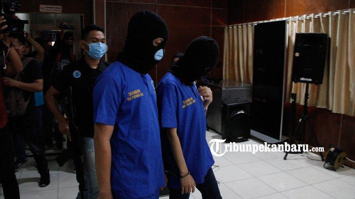 FOTO: Pasangan Kekasih Kurir Narkoba di Riau Ditangkap - foto_pasangan_kekasih_kurir_narkoba_di_riau_ditangkap_2.jpg
