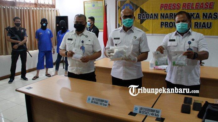 FOTO: Pasangan Kekasih Kurir Narkoba di Riau Ditangkap - foto_pasangan_kekasih_kurir_narkoba_di_riau_ditangkap_3.jpg