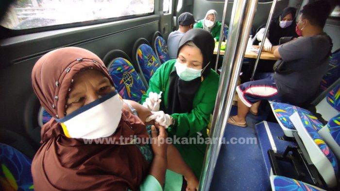 FOTO: Pedagang Pasar Cik Puan Pekanbaru Jalani Vaksinasi Covid-19 di Bus Keliling - foto_pedagang_pasar_cik_puan_pekanbaru_jalani_vaksinasi_covid-19_di_bus_keliling_1.jpg