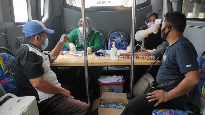FOTO: Pedagang Pasar Cik Puan Pekanbaru Jalani Vaksinasi Covid-19 di Bus Keliling - foto_pedagang_pasar_cik_puan_pekanbaru_jalani_vaksinasi_covid-19_di_bus_keliling_2.jpg