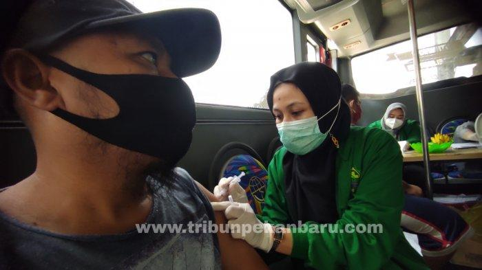 FOTO: Pedagang Pasar Cik Puan Pekanbaru Jalani Vaksinasi Covid-19 di Bus Keliling - foto_pedagang_pasar_cik_puan_pekanbaru_jalani_vaksinasi_covid-19_di_bus_keliling_3.jpg