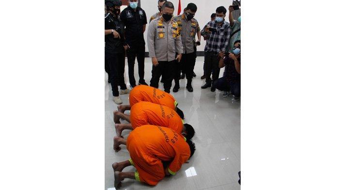 FOTO: Pelaku Pelemparan Kepala Anjing Bersujud di Depan Kapolda Riau - foto_pelaku_pelemparan_kepala_anjing_bersujud_didepan_kapolda_riau_1.jpg