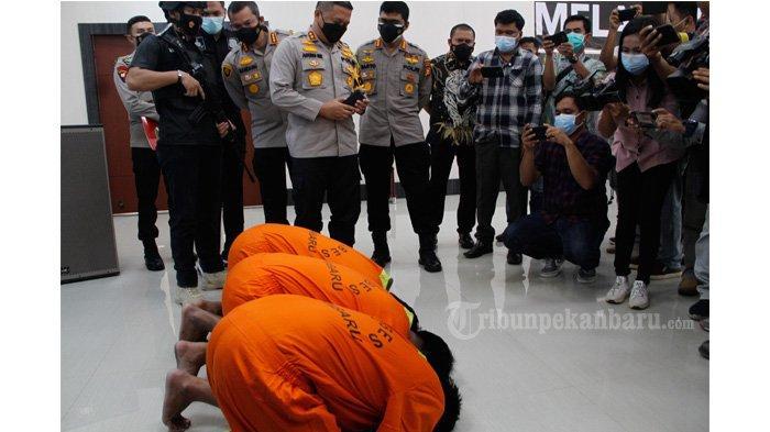 FOTO: Pelaku Pelemparan Kepala Anjing Bersujud di Depan Kapolda Riau - foto_pelaku_pelemparan_kepala_anjing_bersujud_didepan_kapolda_riau_3.jpg