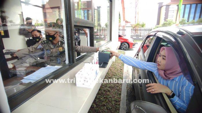 FOTO: Pelayanan Perpanjangan SIM A dan C Secara Drive Thru di Pekanbaru - foto_pelayanan_perpanjangan_sim_a_dan_c_secara_drive_thru_di_pekanbaru_1.jpg