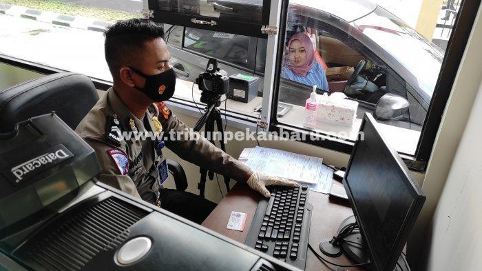 FOTO: Pelayanan Perpanjangan SIM A dan C Secara Drive Thru di Pekanbaru - foto_pelayanan_perpanjangan_sim_a_dan_c_secara_drive_thru_di_pekanbaru_2.jpg