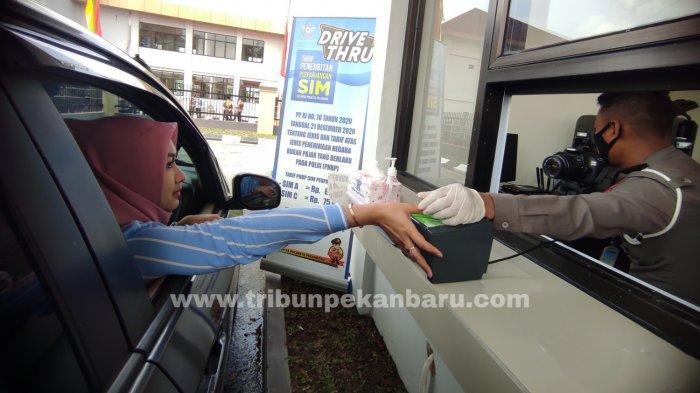 FOTO: Pelayanan Perpanjangan SIM A dan C Secara Drive Thru di Pekanbaru - foto_pelayanan_perpanjangan_sim_a_dan_c_secara_drive_thru_di_pekanbaru_3.jpg