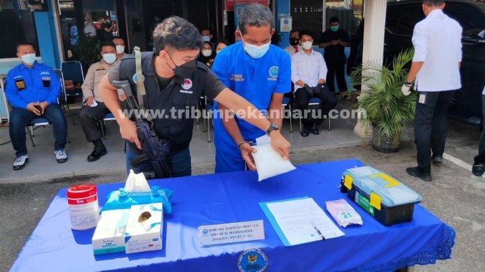 FOTO: Pemusnahan Barang Bukti 951 Gram Sabu di Kantor BNNP Riau - foto_pemusnahan_barang_bukti_951_gram_sabu_di_kantor_bnnp_riau_3.jpg