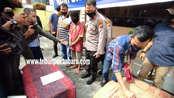 FOTO: Pencuri 6 Karung Cabe Kering di Pekanbaru Diringkus - foto_pencuri_6_karung_cabe_kering_di_pekanbaru_diringkus_1jpg.jpg