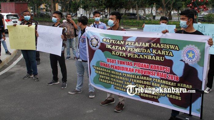 FOTO: Pendemo Desak Kejati Usut Dugaan Korupsi Eks Kadisdik Riau - foto_pendemo_desak_kejati_usut_dugaan_korupsi_eks_kadisdik_riau_1jpg.jpg