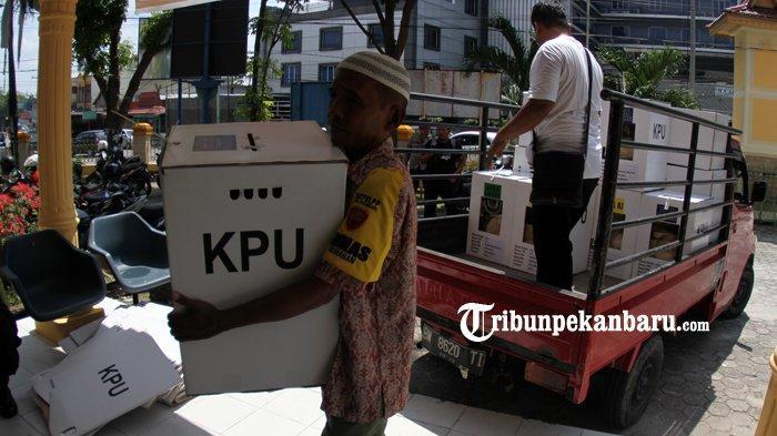 FOTO: Pengumpulan Kotak Suara di Kantor Camat Sukajadi Pekanbaru - foto_pengumpulan_kotak_suara_di_kantor_camat_sukajadi_pekanbaru_1.jpg