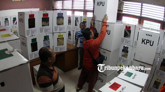 FOTO: Pengumpulan Kotak Suara di Kantor Camat Sukajadi Pekanbaru - foto_pengumpulan_kotak_suara_di_kantor_camat_sukajadi_pekanbaru_3.jpg