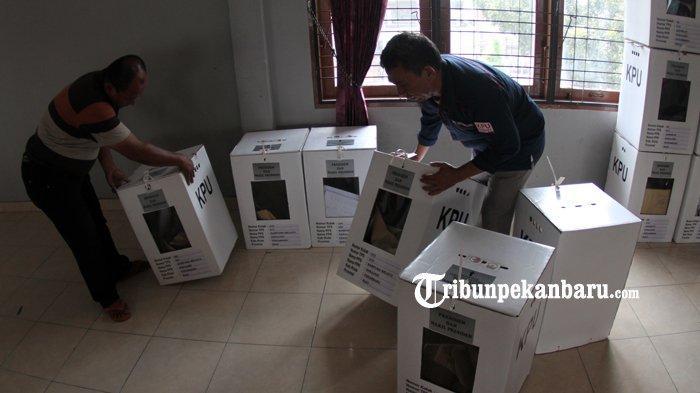 FOTO: Pengumpulan Kotak Suara di Kantor Camat Sukajadi Pekanbaru - foto_pengumpulan_kotak_suara_di_kantor_camat_sukajadi_pekanbaru_4.jpg
