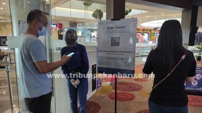 FOTO: Pengunjung Scan PeduliLindungi Sebelum Masuk Bioskop di Pekanbaru - foto_pengunjung_scan_pedulilindungi_sebelum_masuk_bioskop_di_pekanbaru_2.jpg