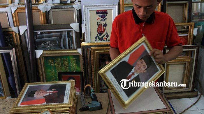 FOTO: Penjualan Bingkai Foto Presiden dan Wapres Masih Sepi di Pekanbaru - foto_penjualan_bingkai_foto_presiden_dan_wapres_masih_sepi_di_pekanbaru_1.jpg
