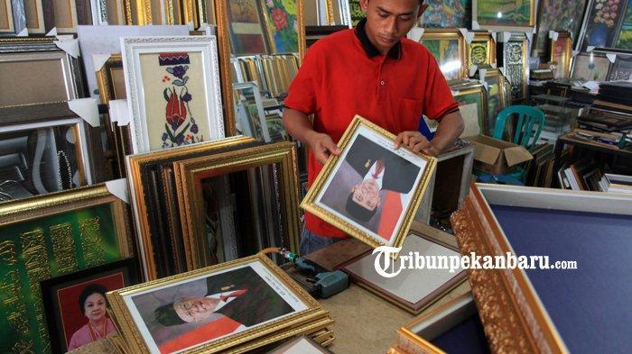 FOTO: Penjualan Bingkai Foto Presiden dan Wapres Masih Sepi di Pekanbaru - foto_penjualan_bingkai_foto_presiden_dan_wapres_masih_sepi_di_pekanbaru_2.jpg