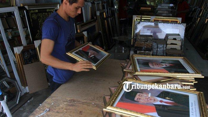 FOTO: Penjualan Bingkai Foto Presiden dan Wapres Masih Sepi di Pekanbaru - foto_penjualan_bingkai_foto_presiden_dan_wapres_masih_sepi_di_pekanbaru_3.jpg