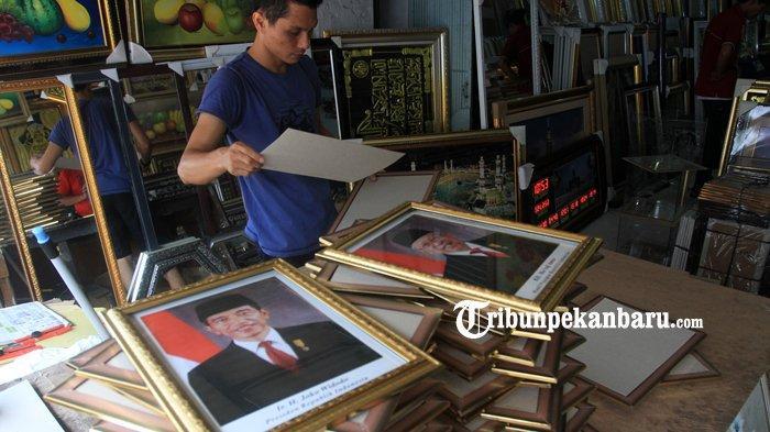 FOTO: Penjualan Bingkai Foto Presiden dan Wapres Masih Sepi di Pekanbaru - foto_penjualan_bingkai_foto_presiden_dan_wapres_masih_sepi_di_pekanbaru_4.jpg