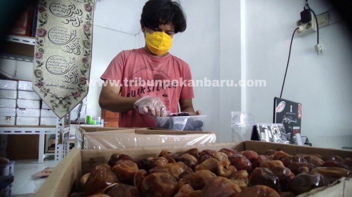 FOTO: Penjualan Kurma di Pekanbaru Alami Peningkatan - foto_penjualan_kurma_di_pekanbaru_alami_peningkatan_1.jpg