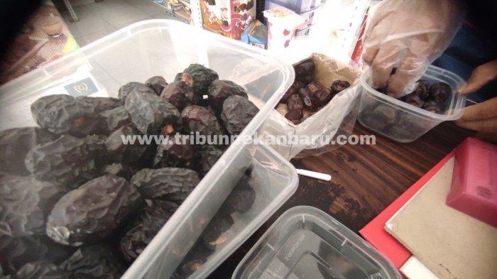 FOTO: Penjualan Kurma di Pekanbaru Selama Ramadhan Meningkat - foto_penjualan_kurma_di_pekanbaru_selama_ramadhan_meningkat_1.jpg