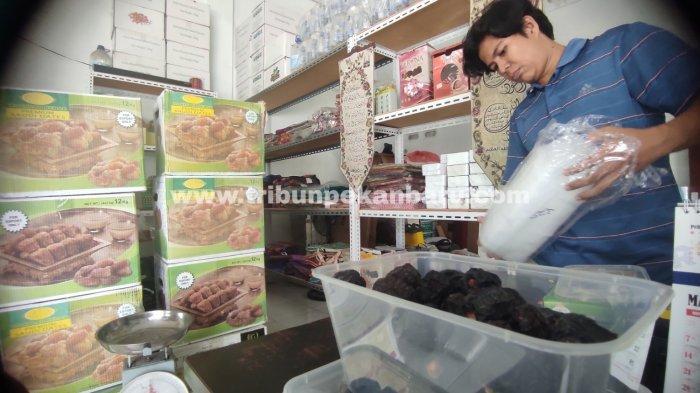FOTO: Penjualan Kurma di Pekanbaru Selama Ramadhan Meningkat - foto_penjualan_kurma_di_pekanbaru_selama_ramadhan_meningkat_2.jpg