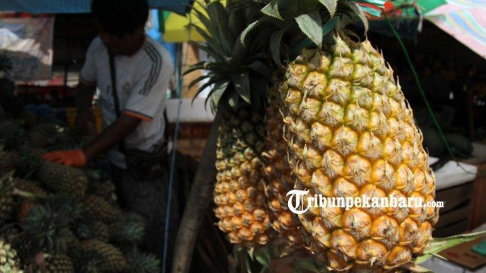 Pedagang buah nanas tengah bekerja di Pasar Pagi Arengka, Minggu (19/5/2019). (TRIBUN PEKANBARU/THEO RIZKY).