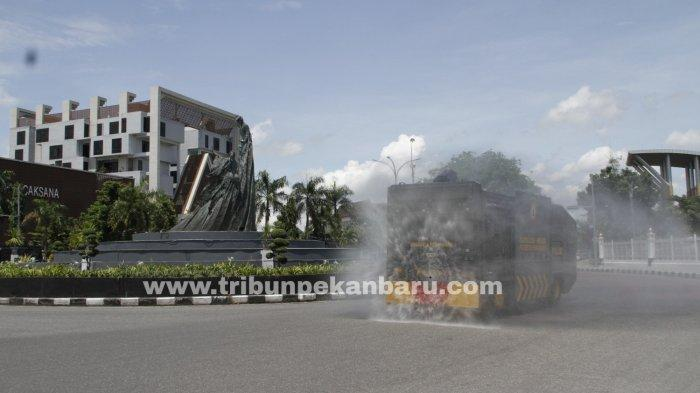 FOTO: Penyemprotan Disinfektan di Pekanbaru - foto_penyemprotan_disinfektan_di_pekanbaru_1.jpg
