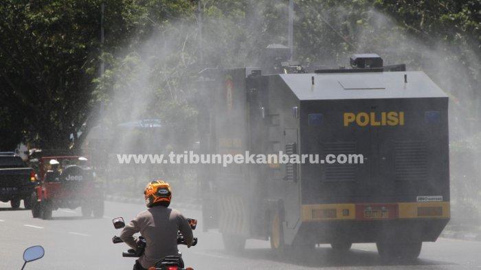 FOTO: Penyemprotan Disinfektan di Pekanbaru - foto_penyemprotan_disinfektan_di_pekanbaru_2.jpg