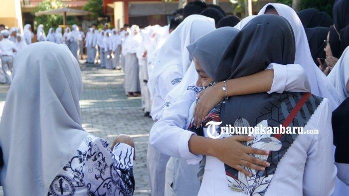 STORY-KISAH Sedih di Hari Guru, Perjuangan Guru di Riau, Alfan Tempuh Jarak 30 Kilometer ke Sekolah