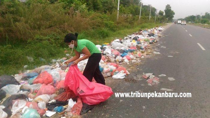 FOTO: Permasalahan Sampah di Pekanbaru, Tumpukan Sampah Terlihat di Jalan Air Hitam - foto_permasalahan_sampah_di_pekanbaru_tumpukan_sampah_terlihat_di_jalan_air_hitam_2.jpg