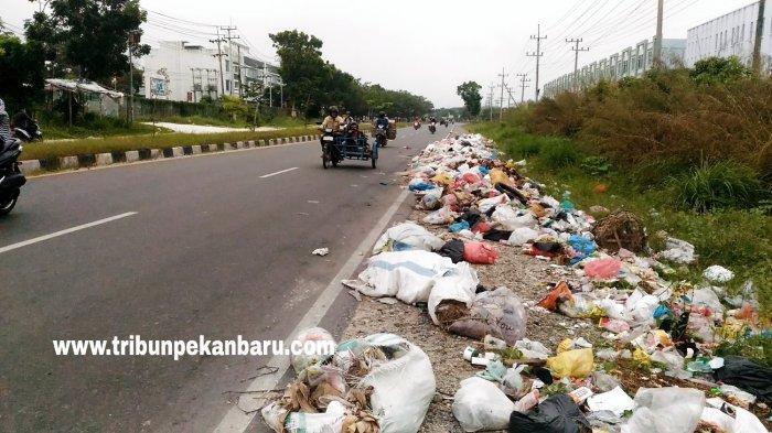 FOTO: Permasalahan Sampah di Pekanbaru, Tumpukan Sampah Terlihat di Jalan Air Hitam - foto_permasalahan_sampah_di_pekanbaru_tumpukan_sampah_terlihat_di_jalan_air_hitam_3.jpg