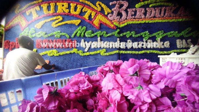 FOTO: Permintaan Karangan Bunga Duka Cita di Pekanbaru Meningkat - foto_permintaan_karangan_bunga_duka_cita_di_pekanbaru_meningkat_2.jpg
