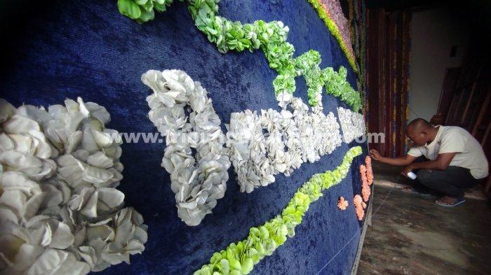 FOTO: Permintaan Karangan Bunga Duka Cita di Pekanbaru Meningkat - foto_permintaan_karangan_bunga_duka_cita_di_pekanbaru_meningkat_3.jpg