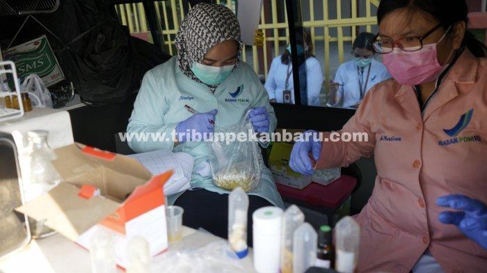 FOTO: Petugas BBPOM Pekanbaru Sidak Takjil di Pasar Ramadhan - foto_petugas_bbpom_pekanbaru_sidak_takjil_di_pasar_ramadhan_2.jpg