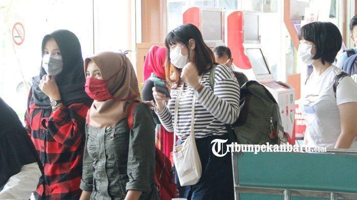 FOTO: Waspada Virus Corona, Petugas dan Penumpang Bandara SSK II Pekanbaru Mulai Memakai Masker - foto_petugas_dan_penumpang_bandara_ssk_ii_pekanbaru_mulai_memakai_masker_1.jpg