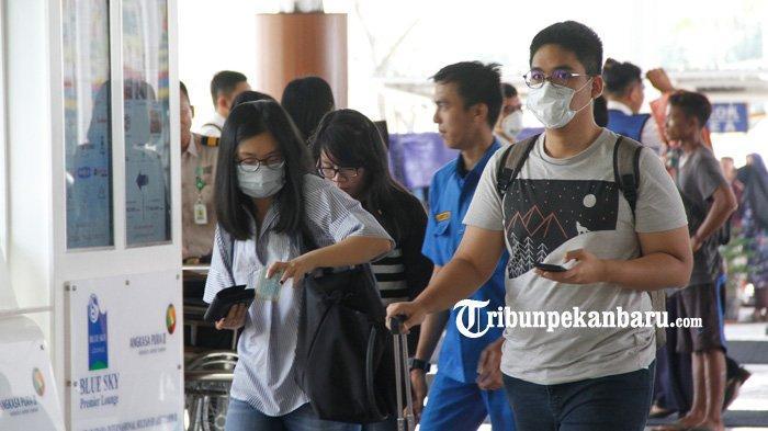 FOTO: Waspada Virus Corona, Petugas dan Penumpang Bandara SSK II Pekanbaru Mulai Memakai Masker - foto_petugas_dan_penumpang_bandara_ssk_ii_pekanbaru_mulai_memakai_masker_2.jpg