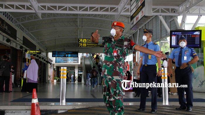 FOTO: Waspada Virus Corona, Petugas dan Penumpang Bandara SSK II Pekanbaru Mulai Memakai Masker - foto_petugas_dan_penumpang_bandara_ssk_ii_pekanbaru_mulai_memakai_masker_3.jpg
