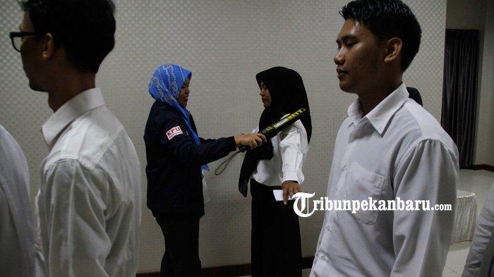 FOTO: Petugas Periksa Peserta Sebelum Mengikuti Tes CPNS 2019 di Pekanbaru - foto_petugas_periksa_peserta_sebelum_mengikuti_tes_cpns_2019_di_pekanbaru_1.jpg