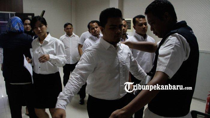 FOTO: Petugas Periksa Peserta Sebelum Mengikuti Tes CPNS 2019 di Pekanbaru - foto_petugas_periksa_peserta_sebelum_mengikuti_tes_cpns_2019_di_pekanbaru_2.jpg