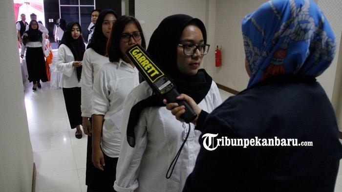 FOTO: Petugas Periksa Peserta Sebelum Mengikuti Tes CPNS 2019 di Pekanbaru - foto_petugas_periksa_peserta_sebelum_mengikuti_tes_cpns_2019_di_pekanbaru_3.jpg