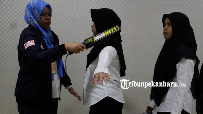 FOTO: Petugas Periksa Peserta Sebelum Mengikuti Tes CPNS 2019 di Pekanbaru - foto_petugas_periksa_peserta_sebelum_mengikuti_tes_cpns_2019_di_pekanbaru_4.jpg