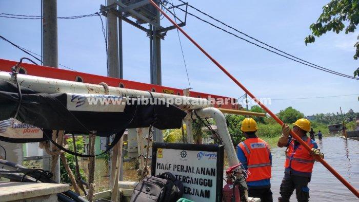 FOTO: PLN Putus Aliran Listrik di Perumahan yang Terendam Banjir di Pekanbaru - foto_pln_putus_aliran_listrik_di_perumahan_yang_terendam_banjir_di_pekanbaru_1.jpg
