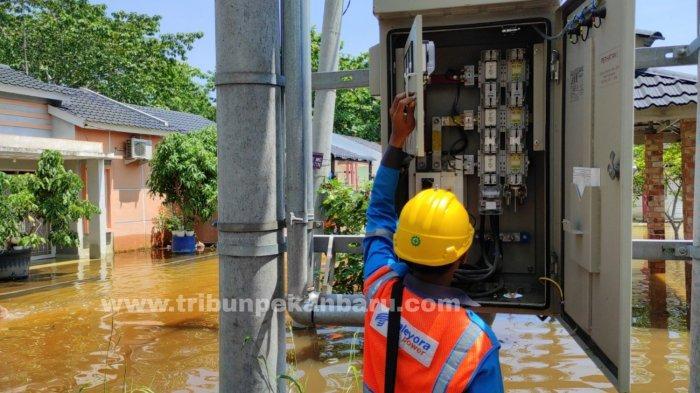 FOTO: PLN Putus Aliran Listrik di Perumahan yang Terendam Banjir di Pekanbaru - foto_pln_putus_aliran_listrik_di_perumahan_yang_terendam_banjir_di_pekanbaru_2.jpg